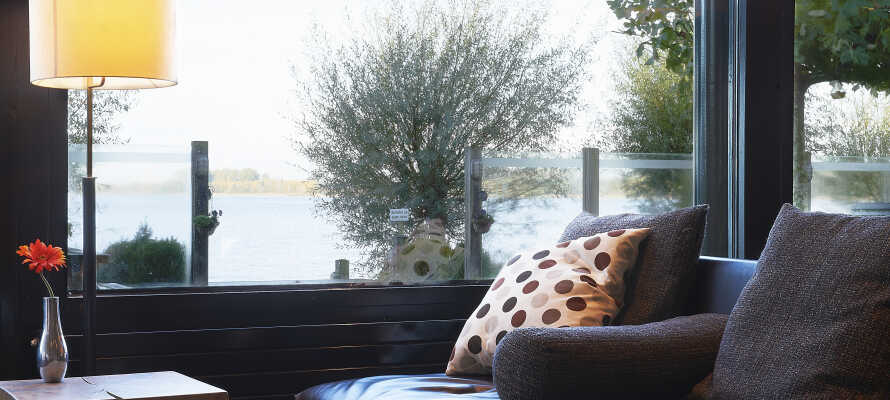 Fra hotellets lounge er det en fin utsikt til innsjøen Nuldernauw, som ligger rett ved siden av hotellet.