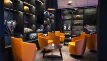 Hotellet är modernt inrett med detaljer i vitt, lila och orange.