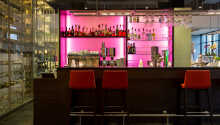Den elegante bar er det perfekte sted at runde dagen af