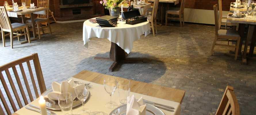 På kroen kan I spise aftensmad i den lyse restaurant, hvor der serveres traditionel dansk kromad.