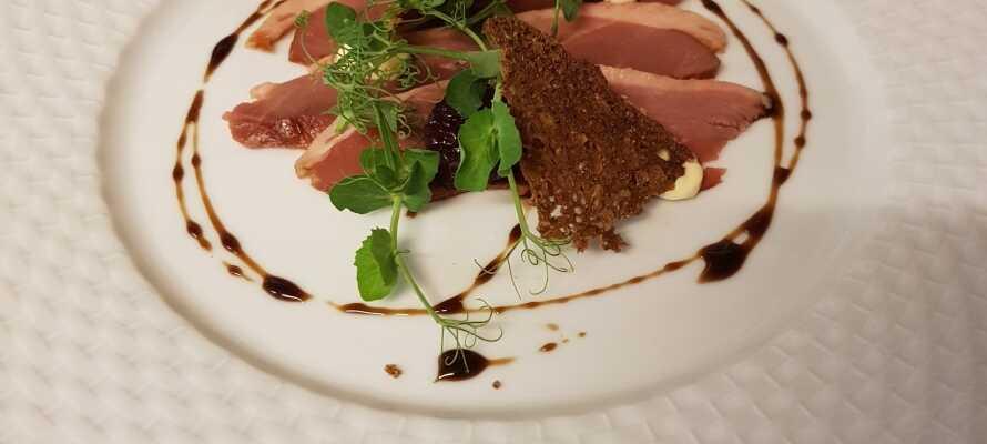 Das Gasthaus bietet sowohl traditionelle dänische Küche und Gasthausgerichte, als auch andere Gerichte.