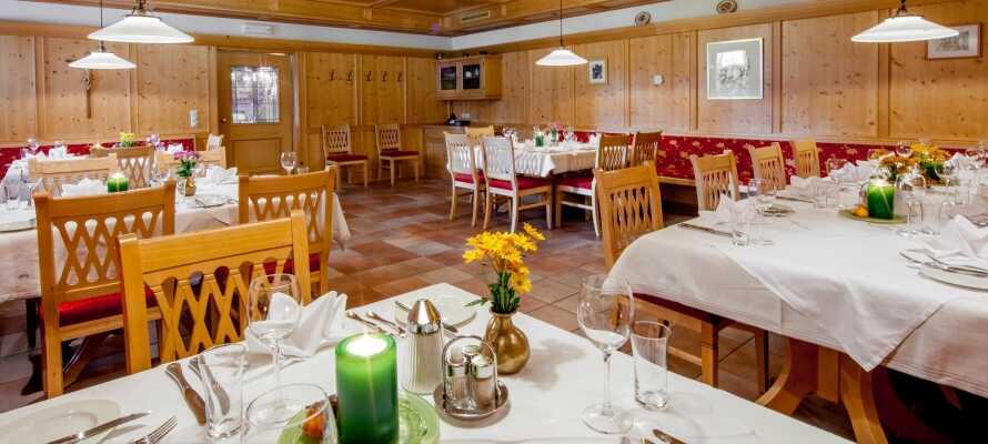 På kvällen serveras internationella rätter och traditionella tyrolska rätter i den trevliga restaurangen.