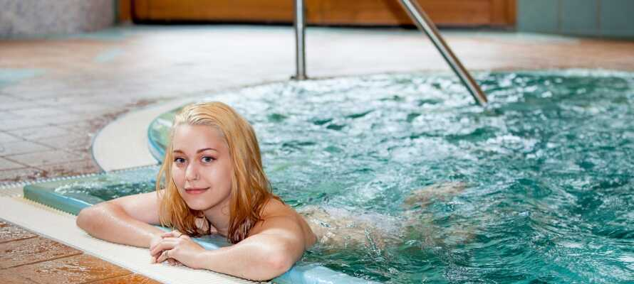 Slapp av i det nydelige wellness-området som bl.a. byr på innendørs basseng, massasje og badstuer.