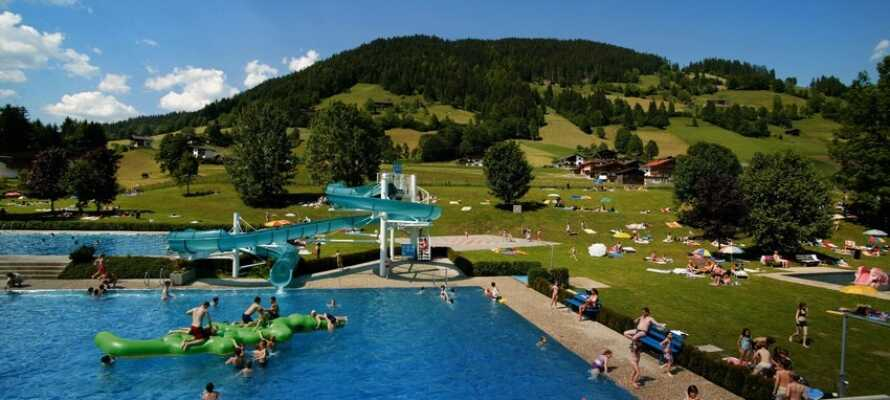 Nyt de varme sommerdagene i det nærliggende Wildschönau friluftsbadet.