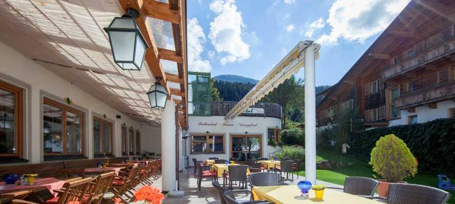 En gång varje vecka är det mysik och dans på hotellet. På sommaren tar dessa plats på terrassen.