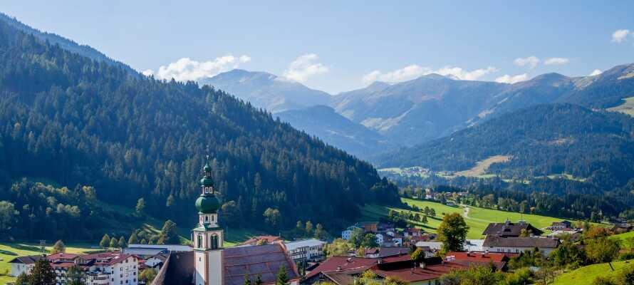 Benyt områdets bjergbaner eller tag med på en guidet vandretur i den fantastiske omgivende natur.