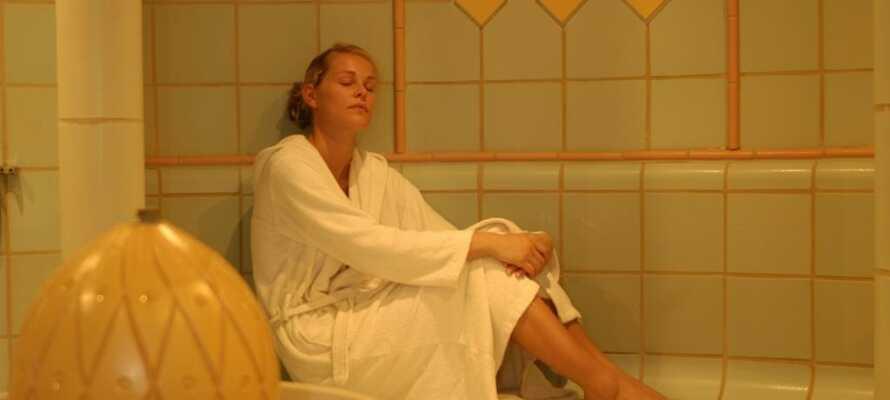 Dere har gratis adgang til hotellets badstue-område, hvor dere får badekåpe og badetøfler og bare kan slappe helt av.