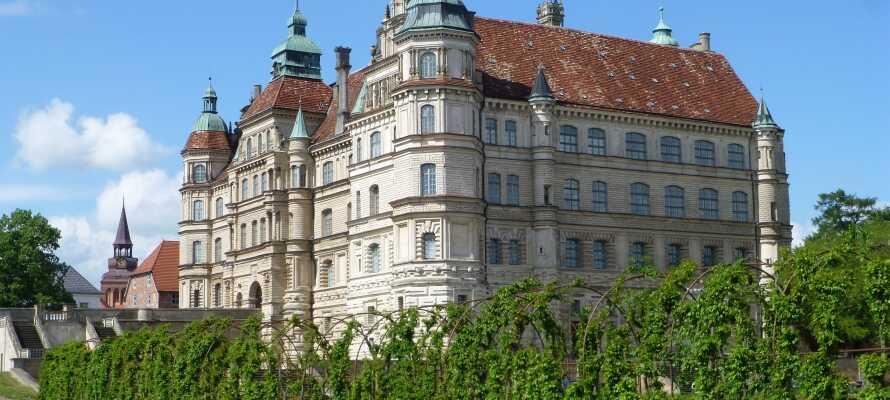 Ringhotel Altstadt Güstrow är centralt beläget i Güstrow nära stadens stora marknadsplats och Güstrow slott, som syns här.