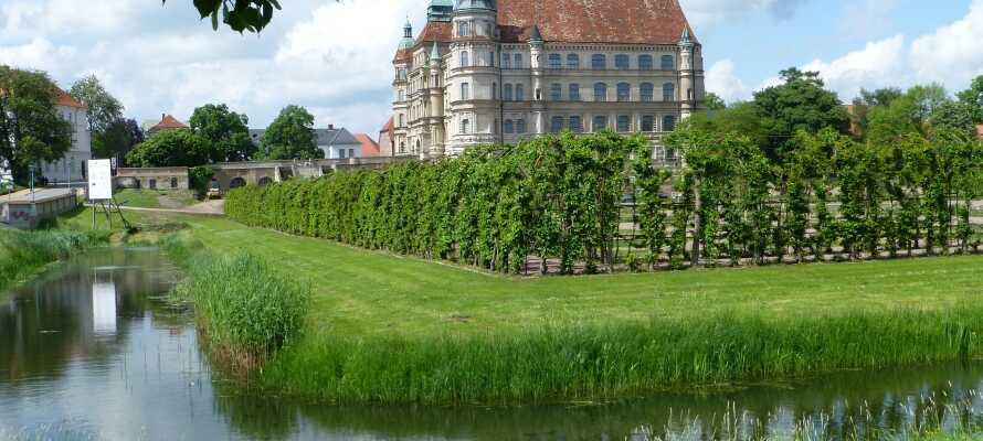 Det store renessanseslottet i Güstrow er et imponerende syn og byens store trekkplaster. Her kan dere se hvordan hertugene av Mecklenburg levde.