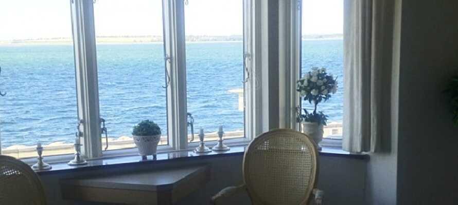 Njut av den vackra utsikten över Limfjorden från hotellets lugna sällskapsrum