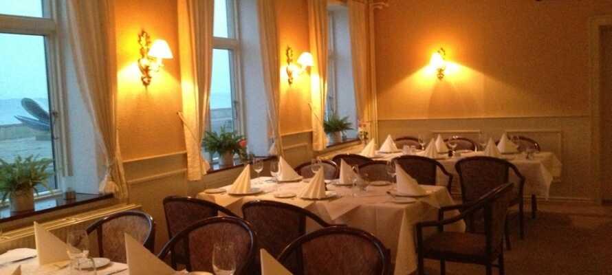 Restauranten serverer mat med fokus på lokale råvarer. Nyt middagen i den stemningsfulle restauranten