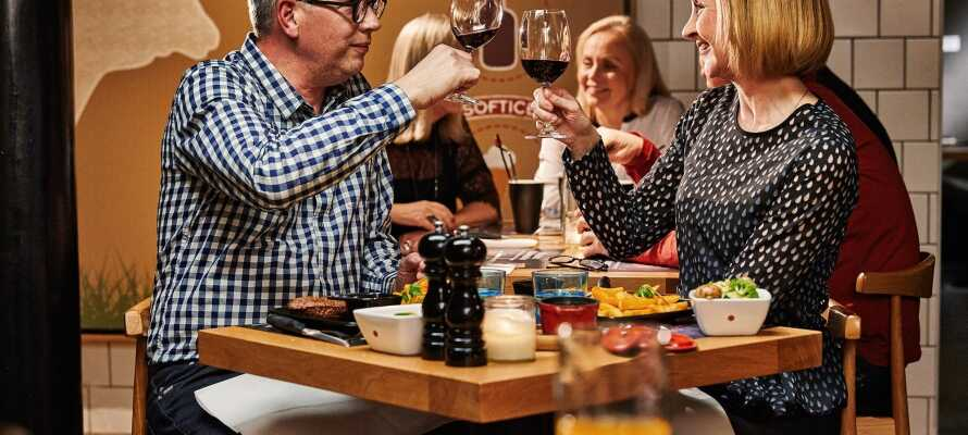 Gemütlich Abendessen mit einem Glas Wein dazu im Jensens Bøfhus.