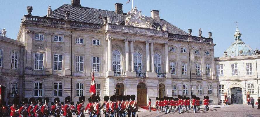 Besuchen Sie Amalienborg -  das herrschaftliche Anwesen unserer königlichen Familie - und erleben Sie die königliche Atmosphäre.