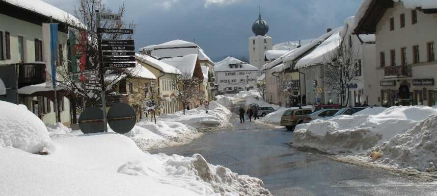 Under vintern kan ni åka skidor i närliggande områden!