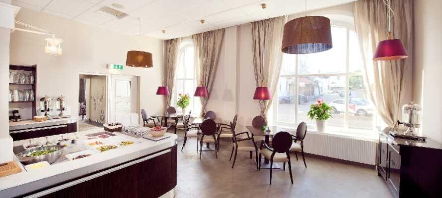 Det serveras både frukost och middagsbuffé i hotellets inbjudande restaurang.