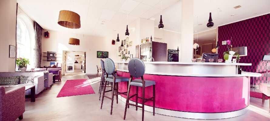 Koppla av i hotellets mysiga lobbybar med något att dricka i gott sällskap.