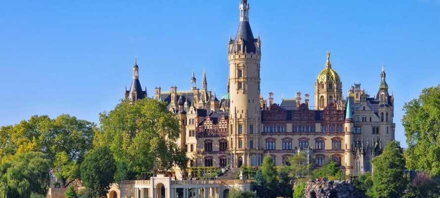 Slottet i Schwerin är ett riktigt äventyrsslott och ligger på en liten ö i mitten av Schwerinersjön.