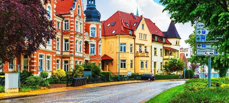 Nyd en dejlig gåtur i den smukke gamle bydel i Schwerin, der er fyldt med charmerende huse.