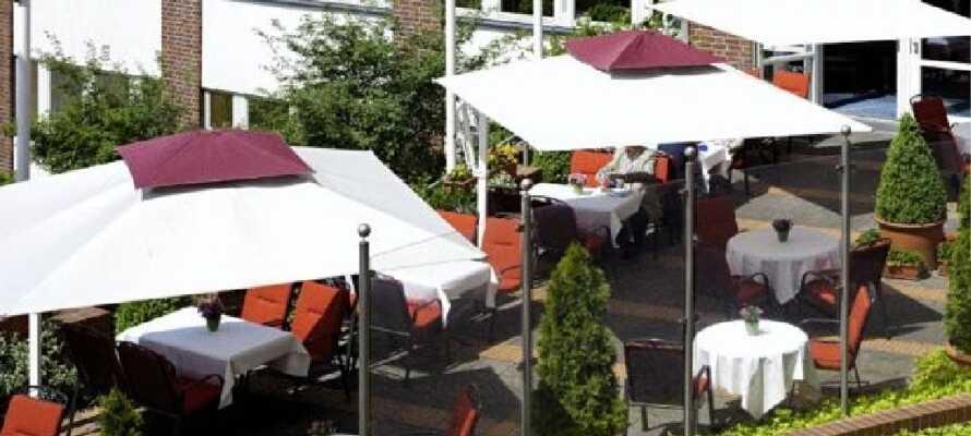 Genießen Sie bei schönem Wetter eine kleine Erfrischung auf der gepflegten Terrasse des Hotels.