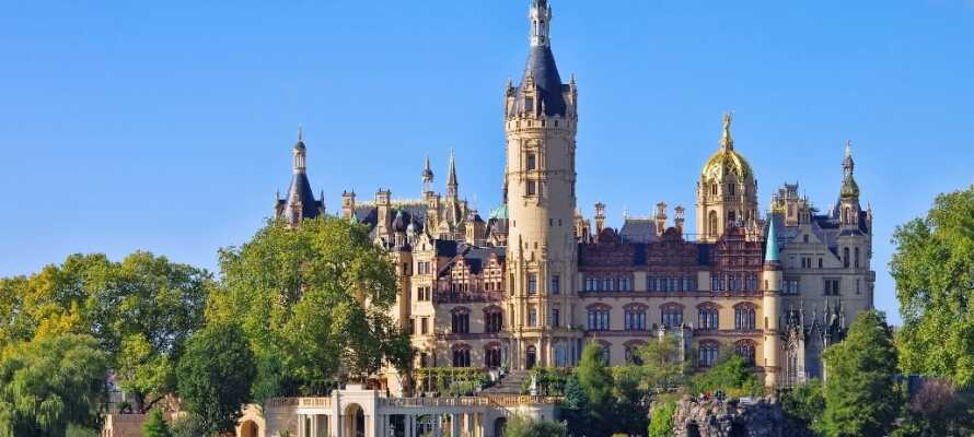 Besøg Schwerin og Schwerin slot, som står prægtigt på sin ø tæt på Schwerin centrum