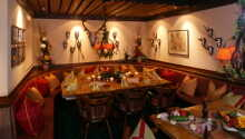 Am Abend werden regionale Köstlichkeiten mit einem Salatbuffet im stimmungsvollen Restaurant serviert.
