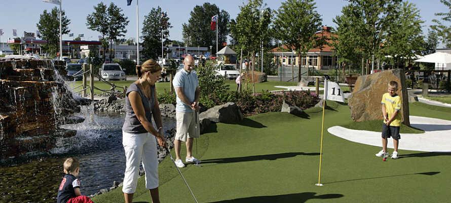 Das Hotel ist kinderfreundlich: Mann kann Minigolf im Hotel spielen und es ist nicht weit zum Skara Sommarland.