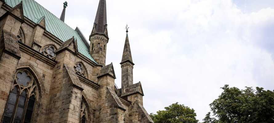 Skara er en charmerende by hvor I bl.a. kan shoppe, slappe af på en hyggelig café og besøge domkirken.