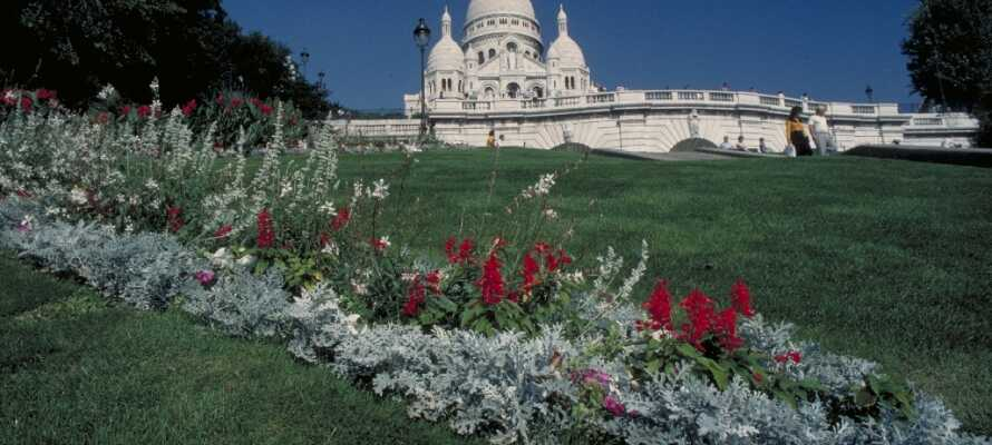 Nehmen Sie sich Zeit für einen Spaziergang im gemütlichen Viertel Montmartre, wo Sie die Kirche Sacre Coeur sehen und einen atemberaubenden Blick auf die Stadt genießen können.