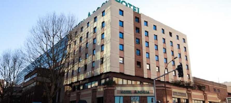 Det 3-stjernede APOGIA Hotel Paris ligger ikke langt fra Seinen og tæt offentlig transport videre ind til centrum.