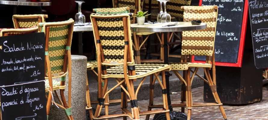 Det finns kanske inget mer franskt än att sitta på ett av Paris caféer med en kaffe och croissant.