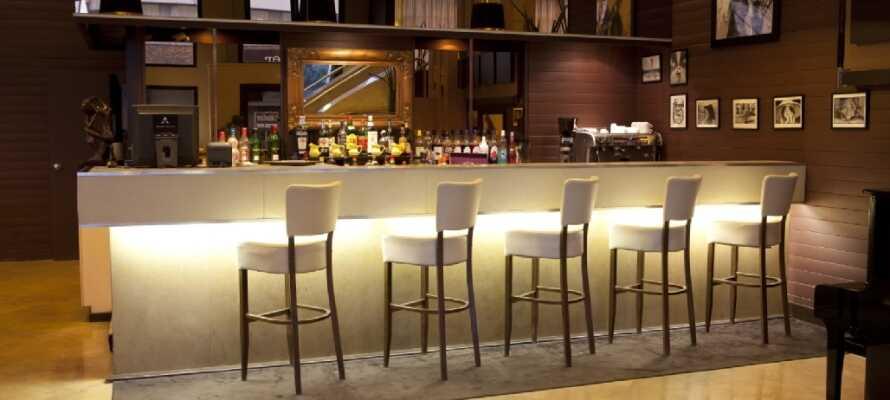 In der Lounge-Bar des Hotels können Sie nach einem langen Sightseeing-Tag einen Drink genießen.