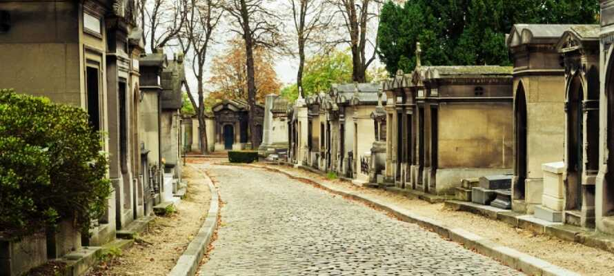 Einer der versteckten Schätze von Paris ist der Friedhof Père Lachaise, der wegen der besonderen Atmosphäre der gepflasterten Straßen einen Besuch wert ist.
