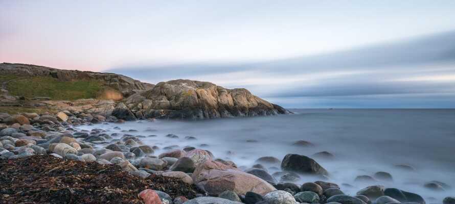 Machen Sie eine Tour zur Insel Merdö, die ein Teil des wunderschönen Nationalparks Raet ist und in der Schärengartenregion südwestlich vom Hotel liegt