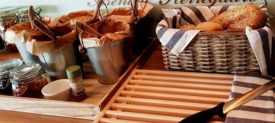 Starten Sie mit einem schönen Frühstücksbuffet, das in hellem Rahmen serviert wird, in den Tag