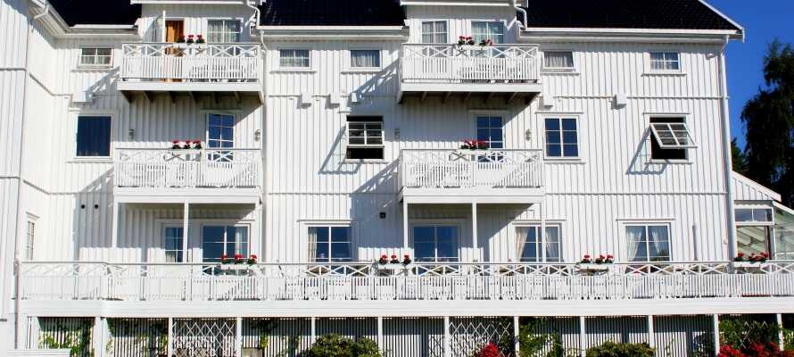 Hotellet har en flott beliggenhet i landsbyen Færvik, bare noen få hundre meter fra Spornes sandstrand