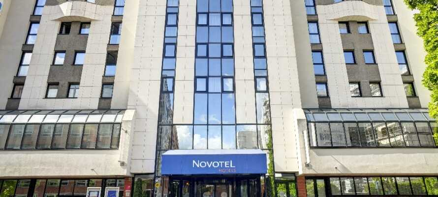 Fra Novotel Paris er det kun 100 m til offentlig transport, som tar dere direkte inn til sentrum.