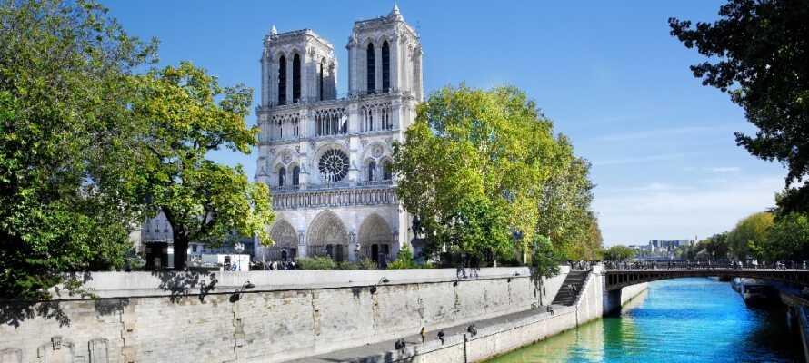 Notre Dame kirken har en vidunderlig beliggenhet centralt i byen og rett ved Seinen.