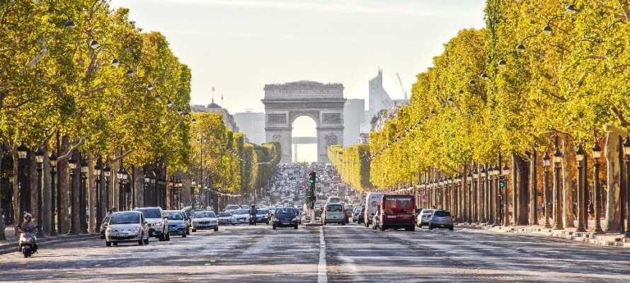 Njut av en promenad längs Champs Élysées, där ni även finner Triumfbågen, fina butiker och mysiga restauranger.