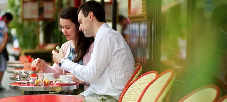 Ta en paus med en kopp kaffe och croissant på något mysigt café.