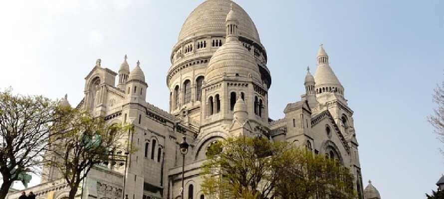 Ta dere tid til en gåtur i det hyggelige Montmartre-kvarteret, hvor dere kan se Sacre Coeur og nyte en fantastisk utsikt over byen.