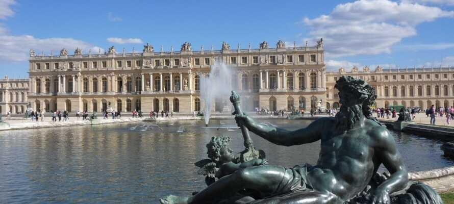 Rett utenfor byen ligger det imponerende Versailles slottet med sin berømte speilsal og imponerende slottshager.