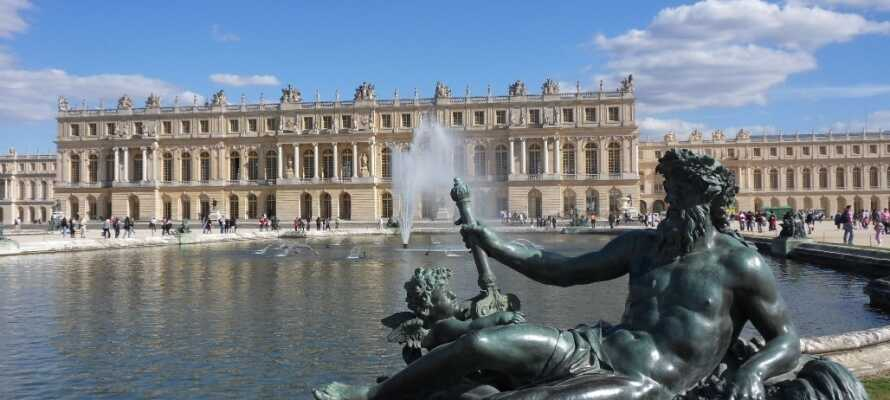 Strax utanför Paris ligger det kungliga slottet Versailles, med den berömda spegelsalen och de vackra slottsträdgårdarna.