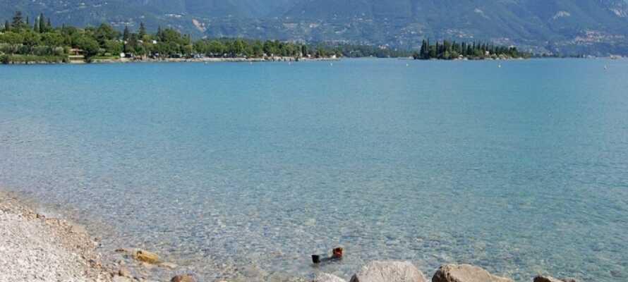 Hotellet ligger skønt i feriebyen Manerba del Garda, blot omkring hundrede meter fra Gardasøens sydvestlige bred.