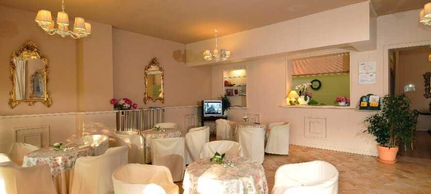 Slap af i hotellets nydelige rammer, nyd hinandens selskab og spis godt i den hyggelige restaurant.