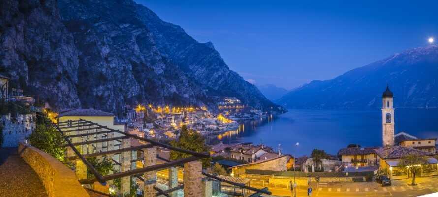 Tillbringa en härlig dag i den lilla staden, Limone Sul Garda, kännetecknad av gränder med små butiker och kaféer.