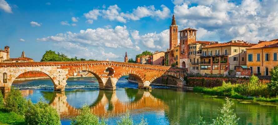 """Utforska """"Romeo och Julia-staden"""", Verona, känd för sina medeltida hus, som kännetecknar staden."""