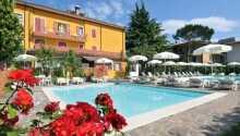 Hotellet har to udendørs swimmingpool - en til voksne og en til børn