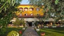 Njut av härliga sommarkvällar på terrassen i hotellets fina och gröna trädgård.