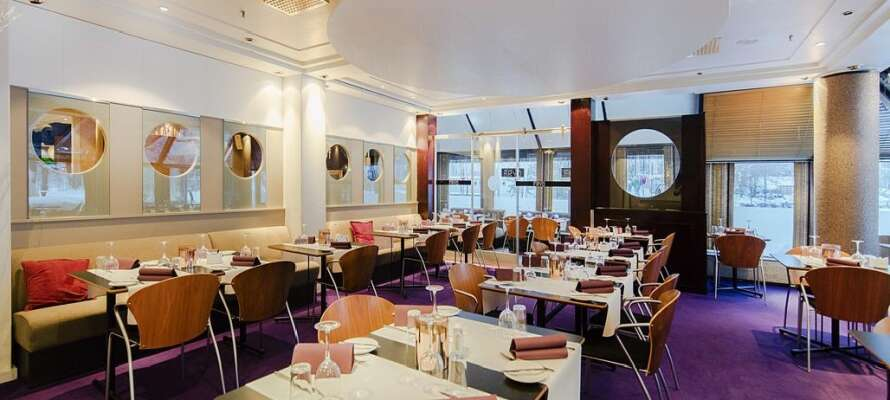 Njut av middag i hotellets restaurang som serverar internationella rätter med stort fokus på smakrik god mat.