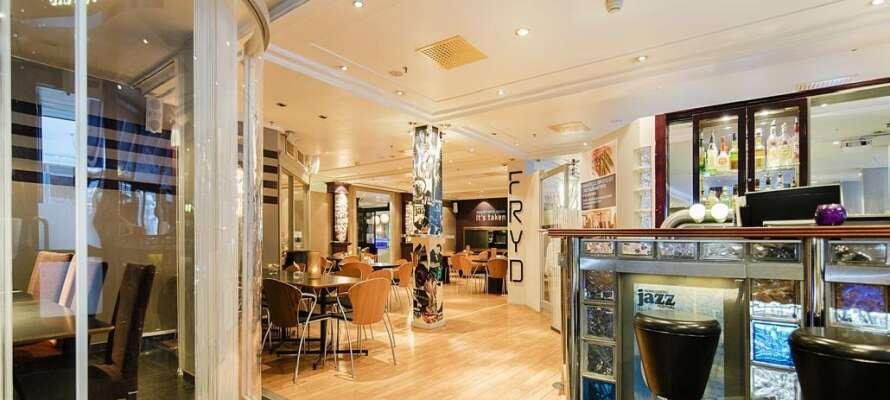 Njut av den goda maten och de trevliga omgivningarna i Restaurang Fryd.